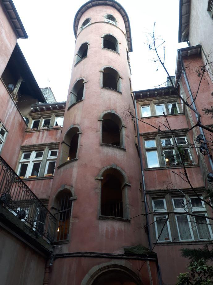 La tour rose dans le vieux-Lyon